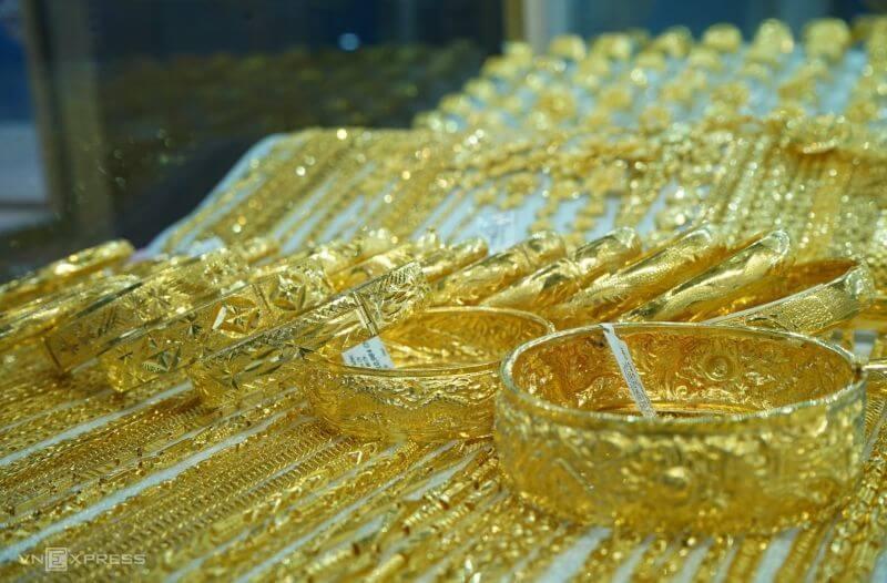 trưng bày vàng trong tủ